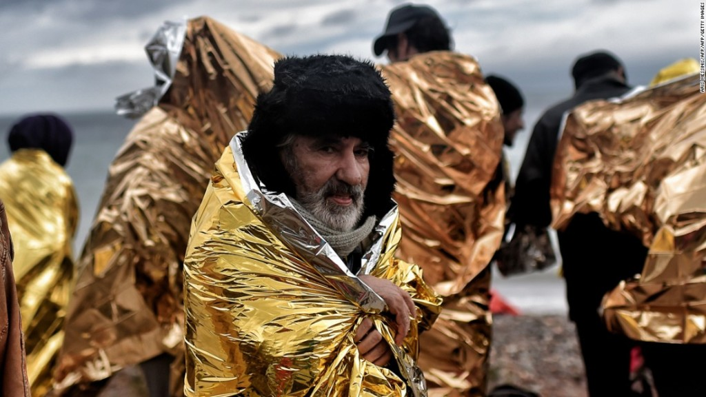 151126163944-refugees-cold-foil-lesbos-super-169